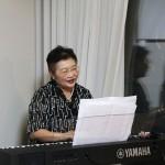 宮脇峰子氏による演奏と歌の披露